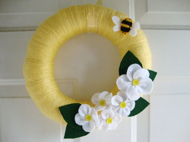 yarn  wreath white daisies and bumble bee