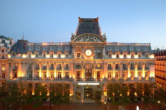 Le siège de LCL Depuis 1878, le siège central du Crédit Lyonnais, devenu LCL en 2005, trône au coeur de Paris. La construction de l'Hôtel des Italiens, situé boulevard des Italiens dans le deuxième arrondissement fut décidée par le fondateur de la banque, Henri Germain, face au succès grandissant des opérations parisiennes.