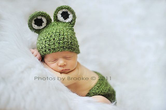I'm so in love with this frog hat and pants.  What a great idea for a new born photo shoot