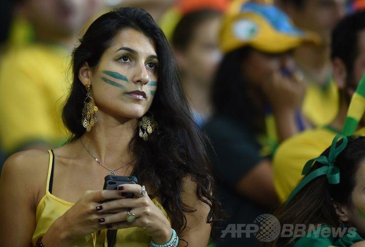サッカーW杯ブラジル大会(2014 World Cup)準決勝、ブラジル対ドイツ。ブラジルの敗戦を悲しむブラジル代表サポーター(2014年7月8日撮影)。(c)AFP/ADRIAN DENNIS ▼9Jul2014AFP|【写真】大敗に落胆するブラジル代表サポーター http://www.afpbb.com/articles/-/3020054 #Brazil2014 #Brazil_Germany_semifinal