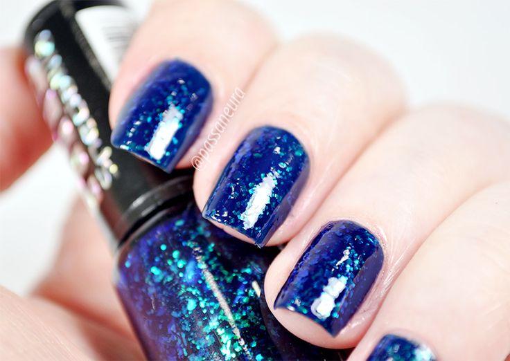 Esmalte flocado Twist da Hits Speciallità. Esmalte azul profundo com partículas flocadas que refletem em verde e azul.
