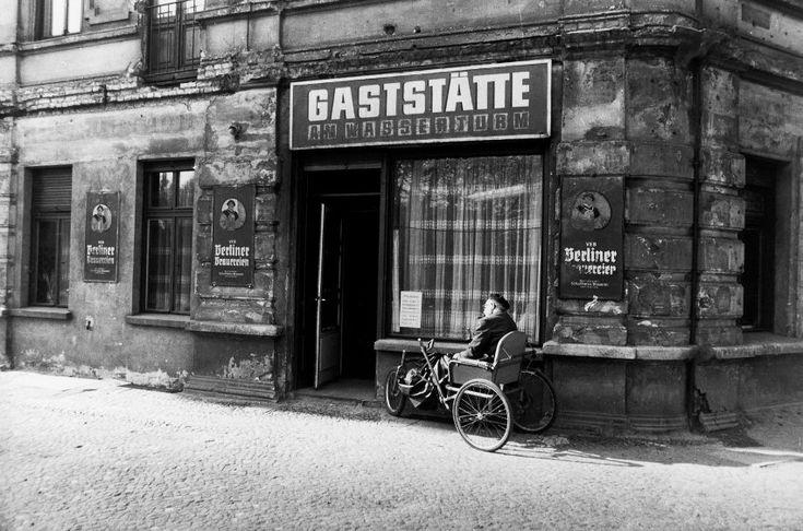 """Berlin, Prenzlauer Berg, 1983: die """"Gaststätte am Wasserturm"""" in der Rykestraße. Hier gab es Bockwurst für 85 Pfennig, dazu Kartoffelsalat"""