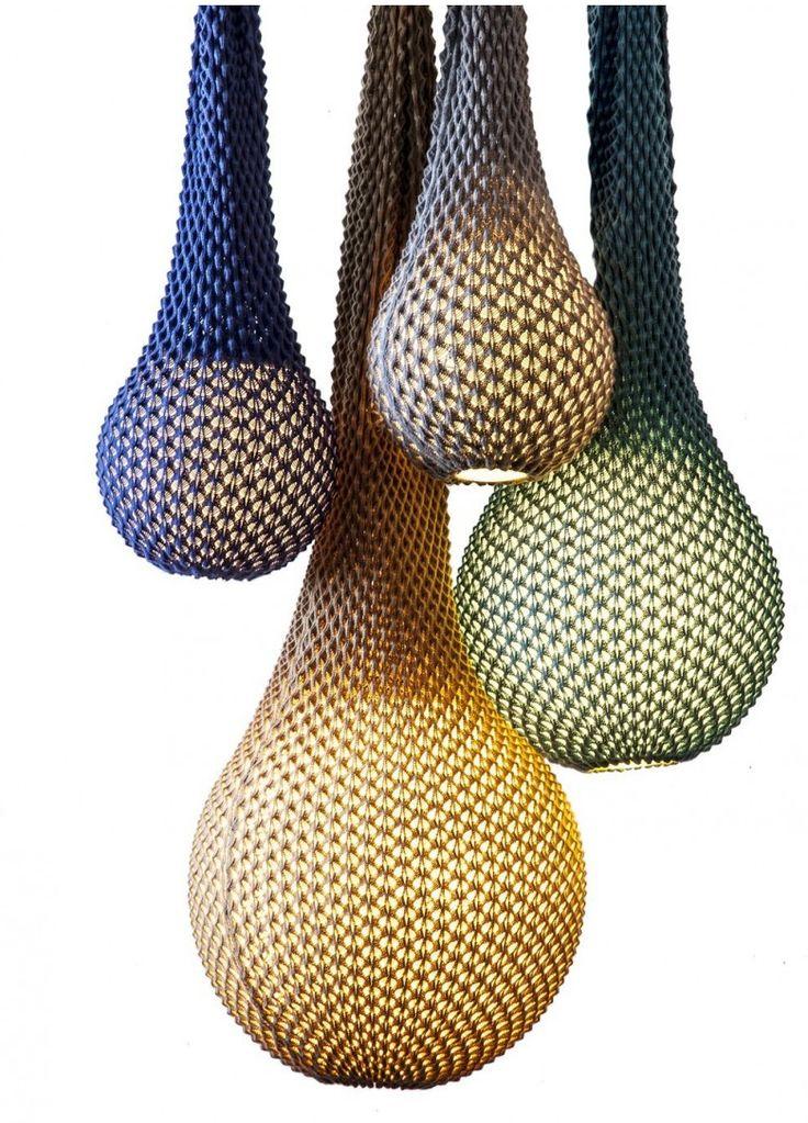 De Israelische designers Odes Sapir en Ariel Zuckerman combineerden technologie en traditie met als resultaat de 'Knitted lamp'. Hoewel lampen meestal voorzien zijn van een kap, is dat bij deze serie niet het geval. De Knitted is een soort gebreide zak, waar de lamp in hangt. Het wollen breiwerk dient als het ware als een driedimensionale verlichtingsarmatuur en dat levert een bijzonder plaatje op.
