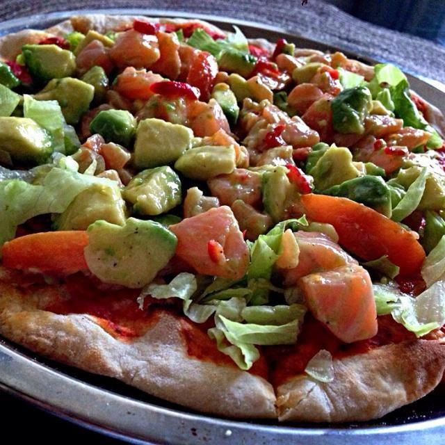 サーモンアレルギーなので、食べないけど、前回のアボカドとサーモンのピザより数倍美味いらしい!(((o(*゚▽゚*)o))) - 237件のもぐもぐ - サーモンとアボカドのセビチェのピザはもっと美味しいらしい! by shikano