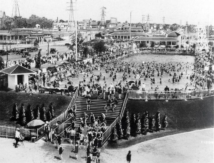A crowded Sunnyside swimming pool in 1925.