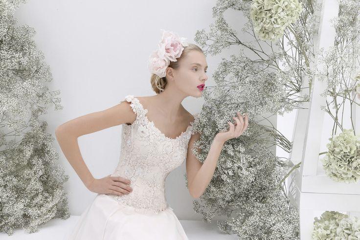acconciature sposa shabby chic   Acconciature sposa classica con fiori e chignon basso.