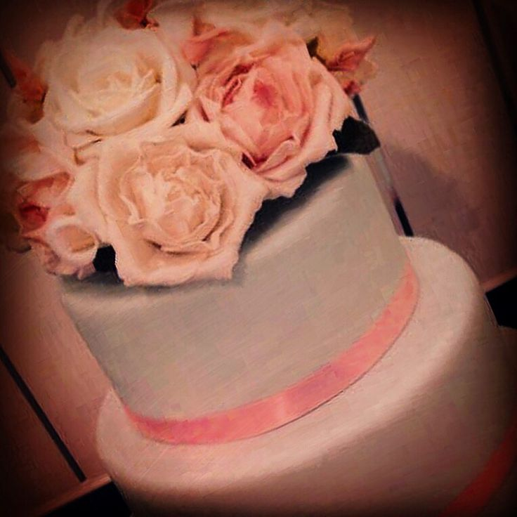 A 2 tier #pastel wedding cake with pretty sugar roses.