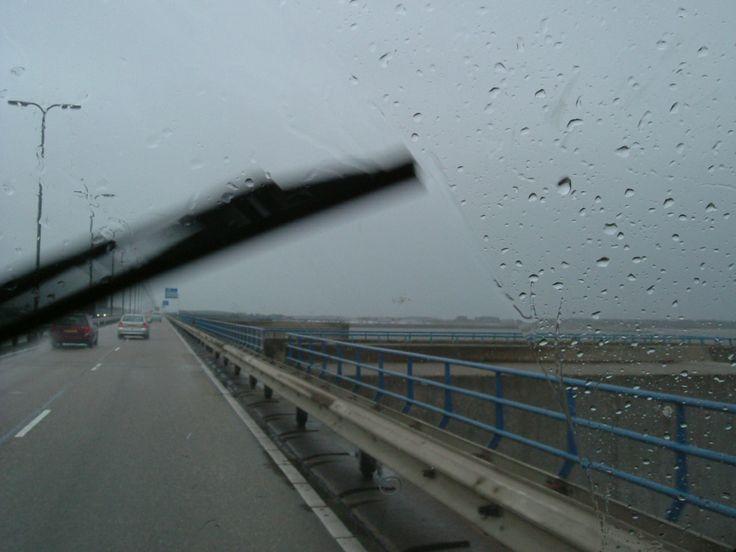 La strada , meraviglie da scoprire e la pioggia che batte sui vetri