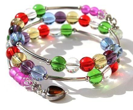 """Lumineux bracelet à mémoire trois rangs en verre multicolore et orné d'un petit coeur : """"Couleurs de fête"""""""