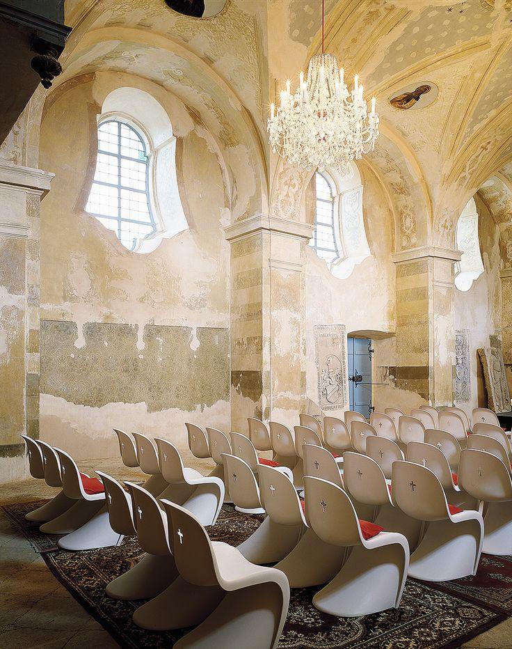 Maxim Velcovsky y Jakub Berdych, de Qubus, han actualizado  la iglesia barroca de San Bartolomé (en Chodivice, Chequia) con sillas Panton y de los Eames. AD España, © D.R.