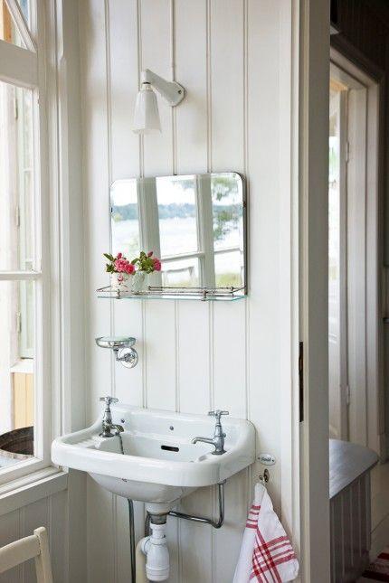 Cottage decor: Bathroom | via Elle Decoration