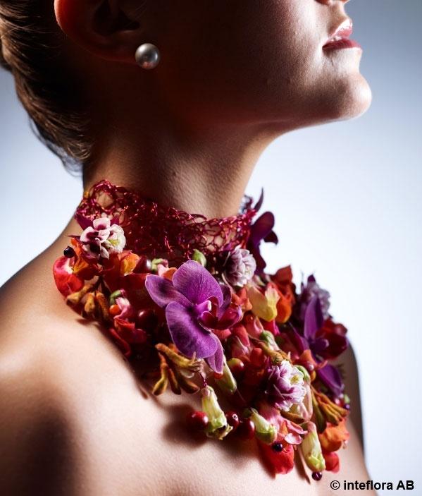 Blommor, halsband, smycke - blomsterkreationer på hög nivå.