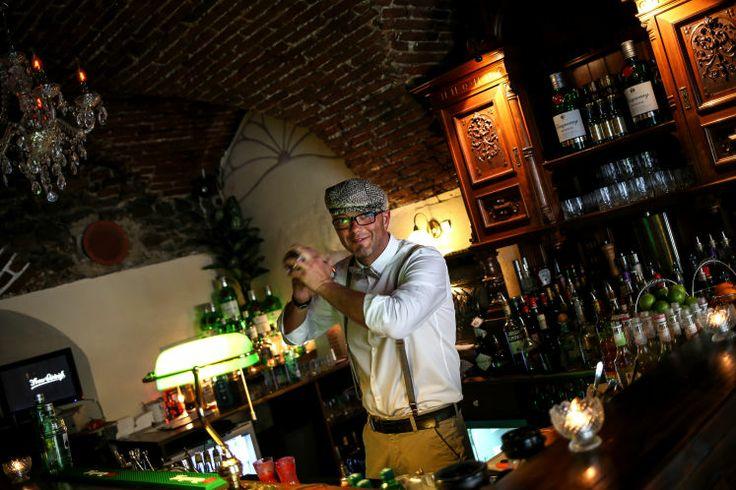 Frau Dietrich: Ganz im Stile der 20er Jahre kann man bei Frau Dietrich in der Altstadt 8 diverse Drinks schlürfen. Im Bild Martin, einer der Barkeeper. 43 Cocktails stehen in der Karte, 200 schüttelt das Team auf Anfrage aus dem Ärmel. Mittwoch bis Samstag kann man ab 18 Uhr in die goldenen 20er entfliehen. (Bild: Weihbold)