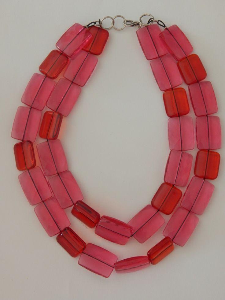 (28) Κολιέ με δύο σειρές από παραλληλόγραμμες χάντρες φούξια και κόκκινες, κοντό στο λαιμό