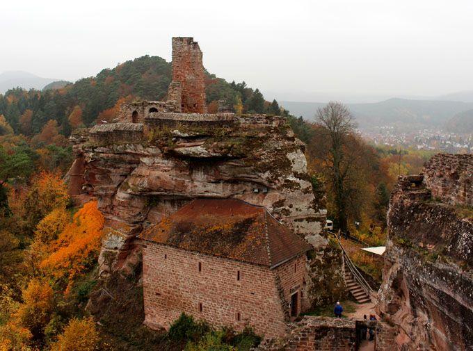 Ich bin dann mal wieder unterwegs. Ein kleiner Wochenendtrip in die Südpfalz. Naja, wobei Südpfalz auch nicht ganz stimmt. Das Hotel liegt in der Westpfalz an der Grenze zu Saarbrücken, meine Ausflugsziele liegen zwischen Südpfalz und Westpfalz mitten im Pfälzerwald... #burgen #deutschland #kultur