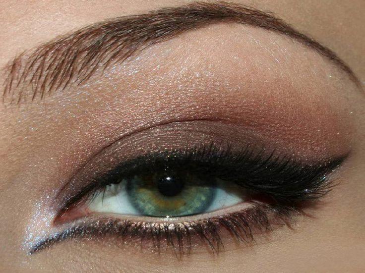 Après avoir pris compte des règles de base relatifs à l'application du fard à paupière, intéressons-nous maintenant aux différentes manières de mettre en valeur la forme de nos yeux.