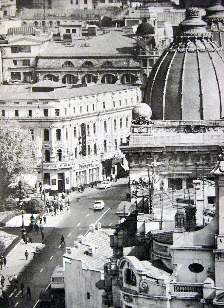 """Vedere de pe blocul Gioconda, catre Calea Victoriei. Vedem in prim plan cupola Palatului Postelor (actual Muzeu de Istorie al Romaniei), iar in pan secundar, Hotel de France, cladire disparuta, pe locul careia se afla in zilele noastre """"borcanul"""" BCR."""