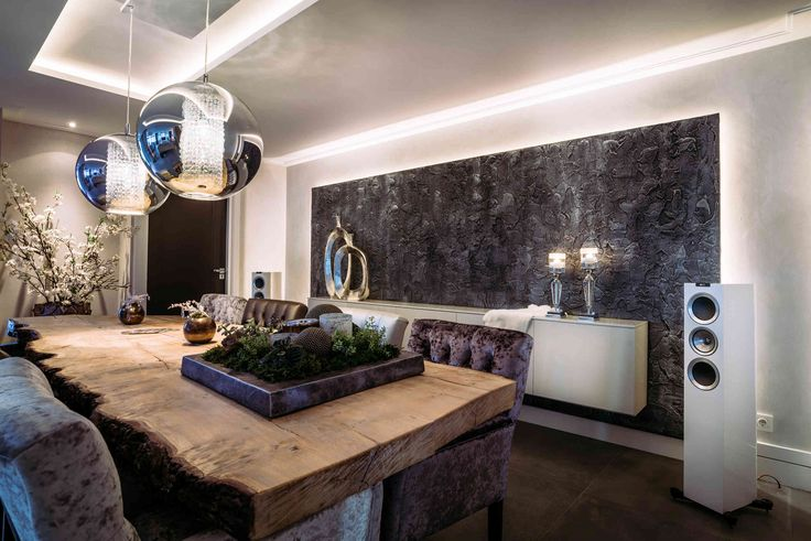 Rock wall in eetkamer met rustieke eettafel | Creative Minds International