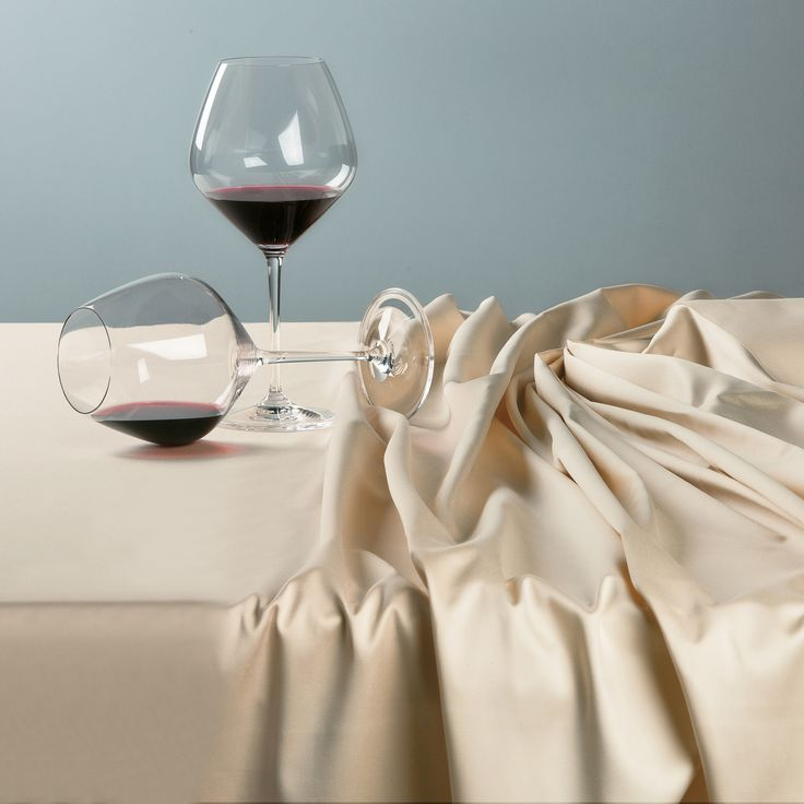 Raso Lux tablecloth, to satisfy the most luxurious projects. #Quagliotti #table #tablecloth #linen #luxury #home #wineglass