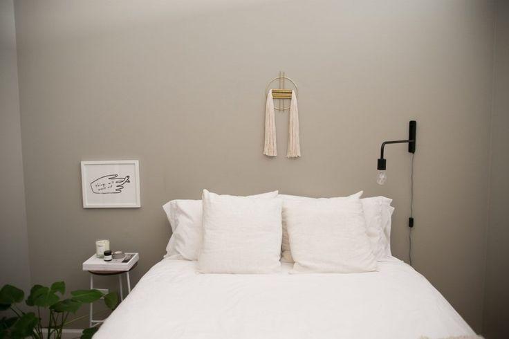 appartement et salon noir et blanc visite dcoration chambre minimaliste tissage laiton mur gris dco sobre - Salon Noir Blanc Violet