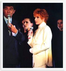 17 AVRIL 1991 – Présenté par Jean-Pierre FOUCAULT -  TF1 Première prestation télévisée pour Mylène Farmer depuis un an et demi, c'était d'ailleurs à Sacrée Soirée, en novembre 1989. Pour sa première interprétation de « Désenchantée », qui est déjà un tube, à la télévision, Mylène porte un costume entièrement blanc, veste et pantalon, jusqu'aux chaussures plates. Elle est accompagnée de danseuses qui l'accompagnent sur sa chorégraphie.