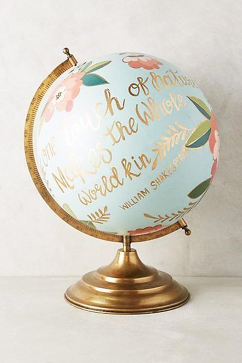 Globe terrestre vous avez probablement déjà vu passer ces jolis globes terrestres peints! Si vous en possédez un depuis plusieurs années et que vous avez perdu un peu d'intérêt envers celui-ci, remettez-le au goût du jour en le peignant afin de le transformer en accessoire chic!