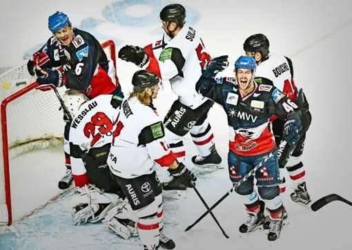 Die Adler Mannheim (weiße Trikots) haben gegen die Kölner Haie keine Chance. Foto: dpa