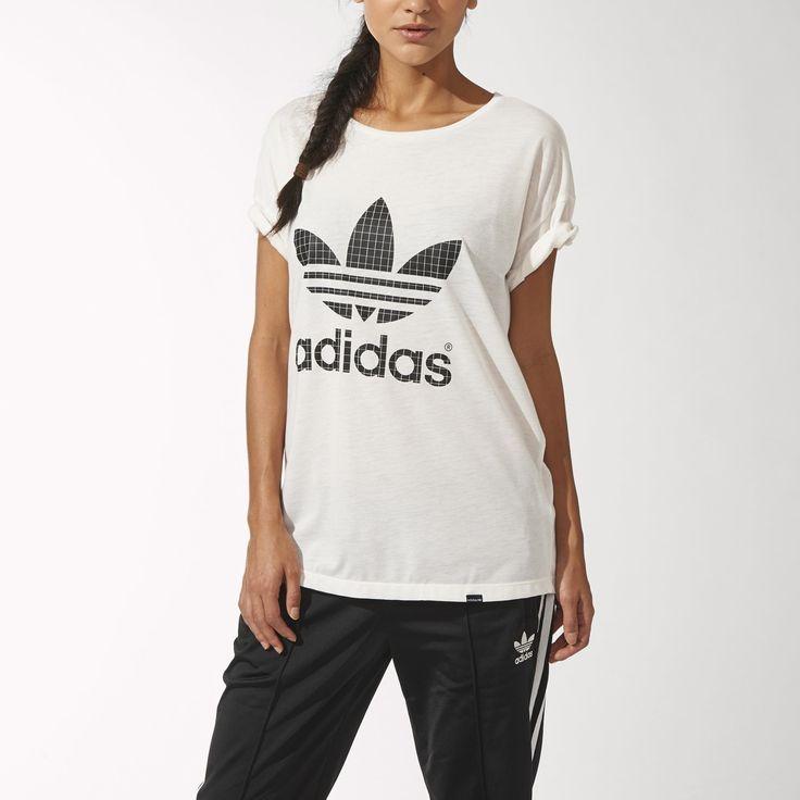 En skotskinspireret trekløver i skotskternet tryk foran på denne Premium Essentials Logo-T-shirt til kvinder. Afslappet T-shirt med skårne linjer bagpå og kontrastsyninger for ekstra struktur.