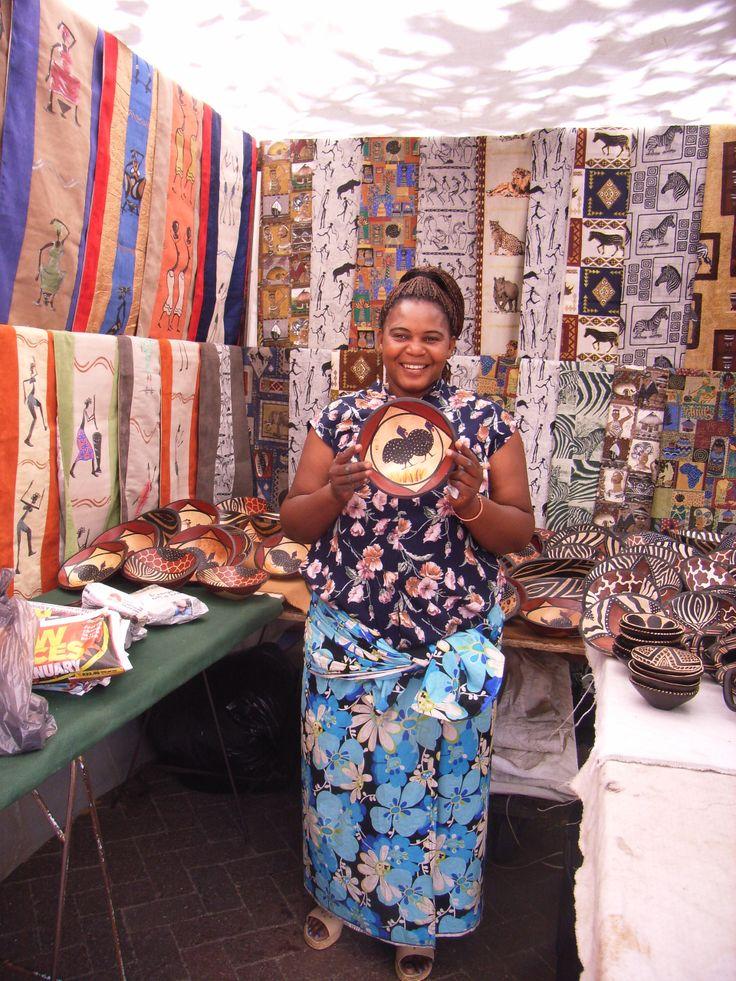 Das ist Monica, sie verkauft ihre Kunstwaren in der Seapoint Area.
