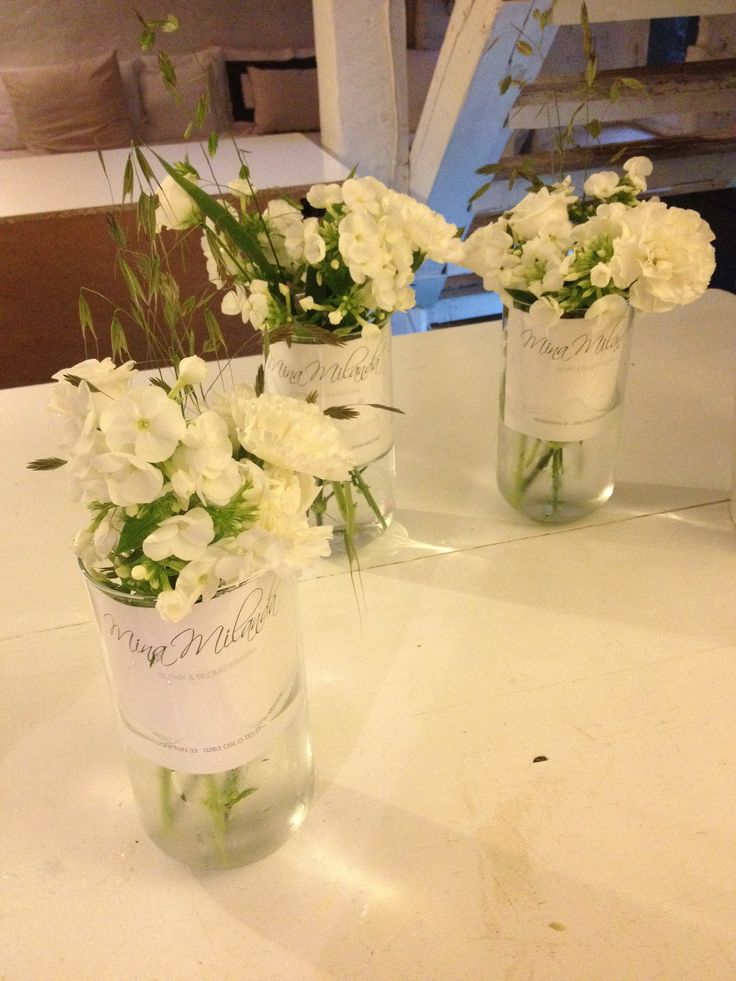 lagde vaser med blomster i til bordene til Kolonihagen resturang og cafe
