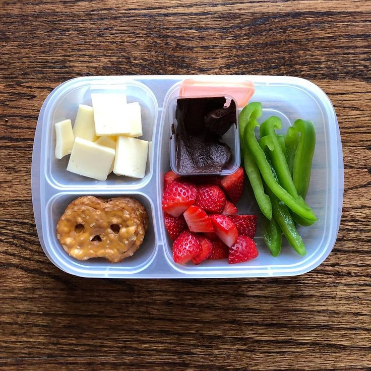 Chocolate hummus,  white cheddar slices + green peppers + pretzel thins + strawberries + chocolate hummus for dipping.  #easylunchboxes #hummus #lunchbox #lunch #healthylunch