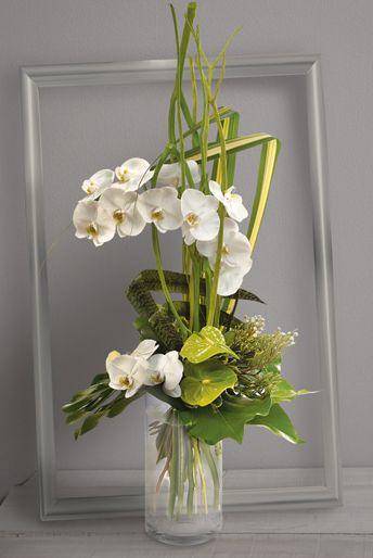 Fleurs Mariage : Céleste Bouquet  en hauteur d'orchidées phalaenopsis blanches et anthuriums verts avec travail de feuillage graphique.