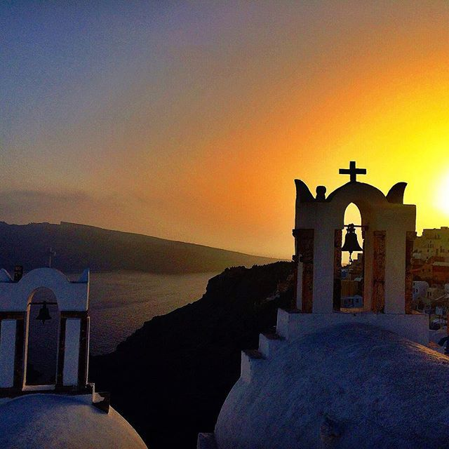 It's that #sunset that makes you feel the #love! #Romance #Santorini Photo credits: @viagemcafeeprosa