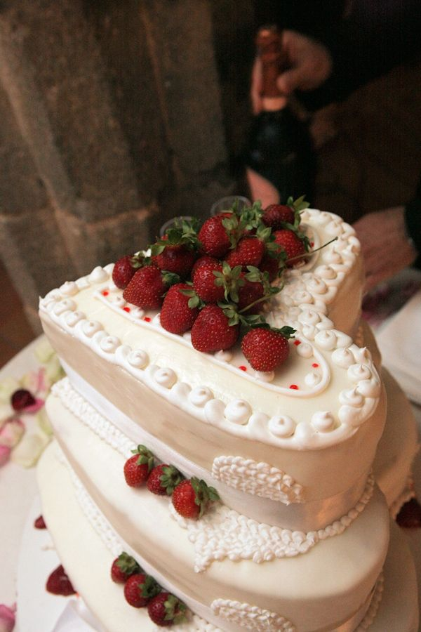 ivory three tier heart shaped wedding cake with strawberry decor - photo by Italian wedding photographer JoAnne Dunn Ben and I can make a heart shaped ice cream cake