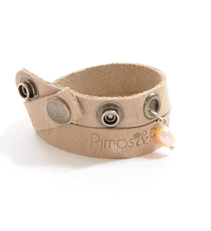 Pimps & Pearls leren armband met zoetwaterparel, model Moesss Have in zand-kit - NummerZestien.eu