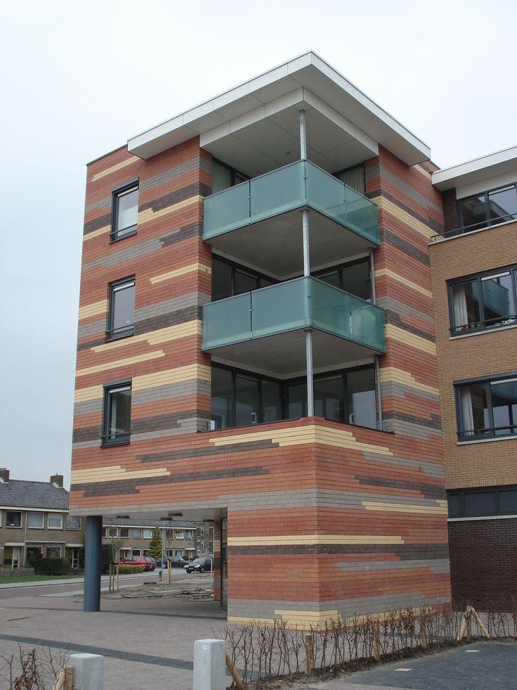 Appartementen aan de Hugo de Groot straat in Meppel hebben een kleurrijk gevelbeeld. Een eigen uitstraling gerealiseerd met een bijzondere mix roodoranjegeelgrijsbruin fijnzand SP.