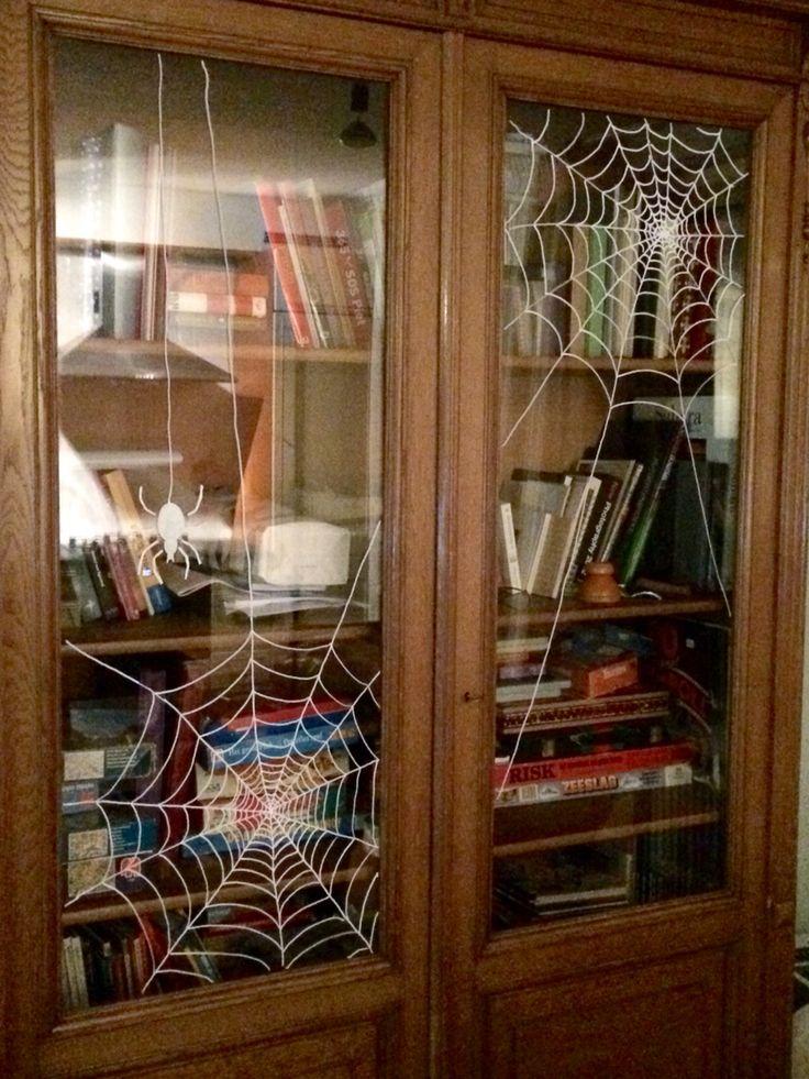 Met een chalkmarker op het glas getekend #web #spider #halloween