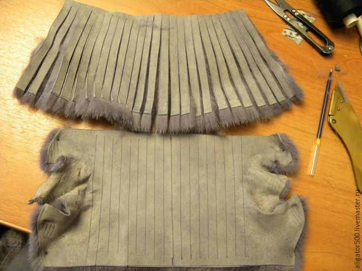 Сегодня хочу рассказать, как сшить шапку методом нашивки меховых полосок. Нам потребуется: 1) мех норки; 2) мех лисы; 3) трикотажное полотно; 4) скорняжный нож; 5) иголка по меху; 6) болван. Итак, преступим. Нам нужно триктажное полотно, связанное на машине резинкой 2Х2. Высотой 40 см и шириной 40 лицевых дорожек. Разделим наше полотно попалам, можно продеть контрастную нитку.