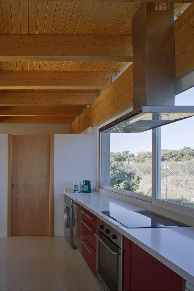 Una cocina con unos techos de madera geniales paredes y - Techos de madera interiores ...
