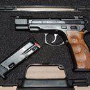 CZ 75 Kadet.22lr.: Prodám nebo vyměním pistoli CZ 75 Kadet.22lr.Pistole je ve stavu nové.Kufřík CZ.2 x zásobník.Stavitelná miřidla.Střenky Plastové.Střenky dřevěné Klinsky.Cena 13000kč.Nebo výměna za Revolver.Taurus(Judge).SW.Colt King Cobra.Ruger.Pouze v pěkným a funkčním stavu.Nebo nabidněte.Pardubicehttps://s3.eu-central-1.amazonaws.com/data.huntingbazar.com/10701-cz-75-kadet-22lr-pistole.jpg