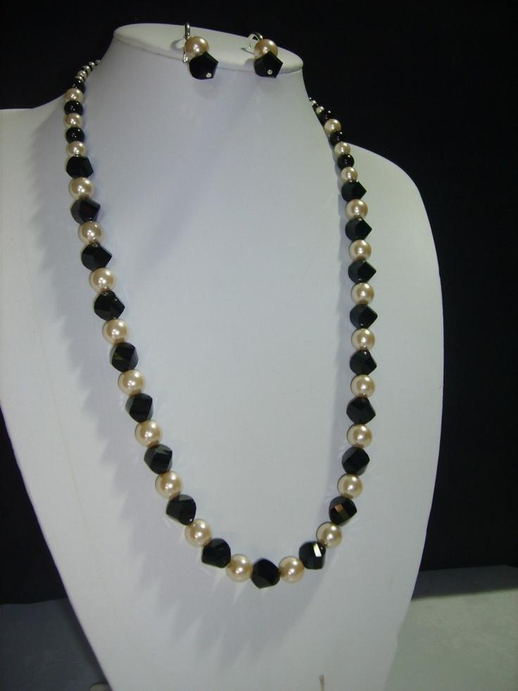 Collar de 40 cm. de largo con cristales austriacos, perlas de cristal y ganchos\u2026