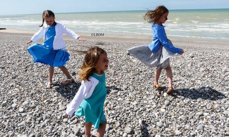 Justine porte une robe Mimi Juliette et Jade portent une robe Patou