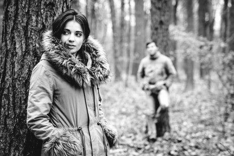 Ein herbstliches Pärchenshooting bei trister Stimmung in einem Hamburger Waldstück.
