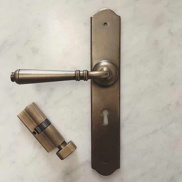 Designer @kyliegregson pairing our Reims lever in antique brass finish with our matching lock accessories including this euro thumb turn cylinder. Looks stunning against the marble btw! Thanks for the tag 👌🏼#traditionalmeetscontemporary ~~~~~~~~~~~~~~~~~~~~~~~~~~~~~~~~~~~~~~~~~~ Download our brochure at www.tradco.com.au | Call 08 8362 1133 or email sales@tradco.com.au for wholesale and stockist enquiries ~~~~~~~~~~~~~~~~~~~~~~~~~~~~~~~~~~~~~~~~~~ #homeideas #architecturalhardware…