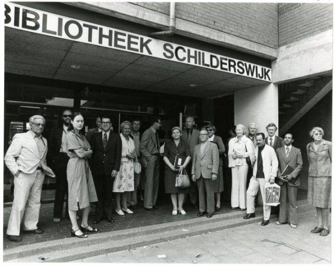 Bibliothecarissen uit vele landen lunchen tijdens de jaarlijkse vergadering van de Internationale Federatie van Openbare Bibliotheken in de Openbare Bibliotheek Schilderswijk, Koningstraat. The Hague