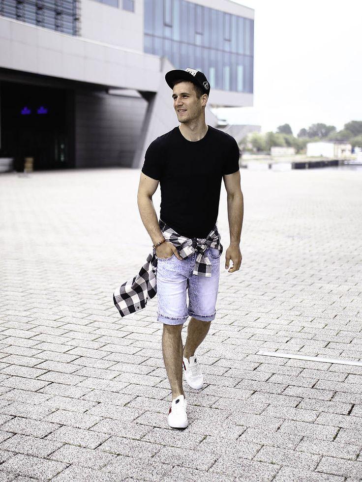 Idealny, wakacyjny outfit od Denley. Jeansowe szorty zestawiliśmy w nim z koszulką basic. Do kompletu dodaliśmy czapkę z daszkiem, skórzaną bransoletkę i białe buty sportowe. Rockowy akcent do zestawu wprowadza czarno-biała, flanelowa koszula w kratę.