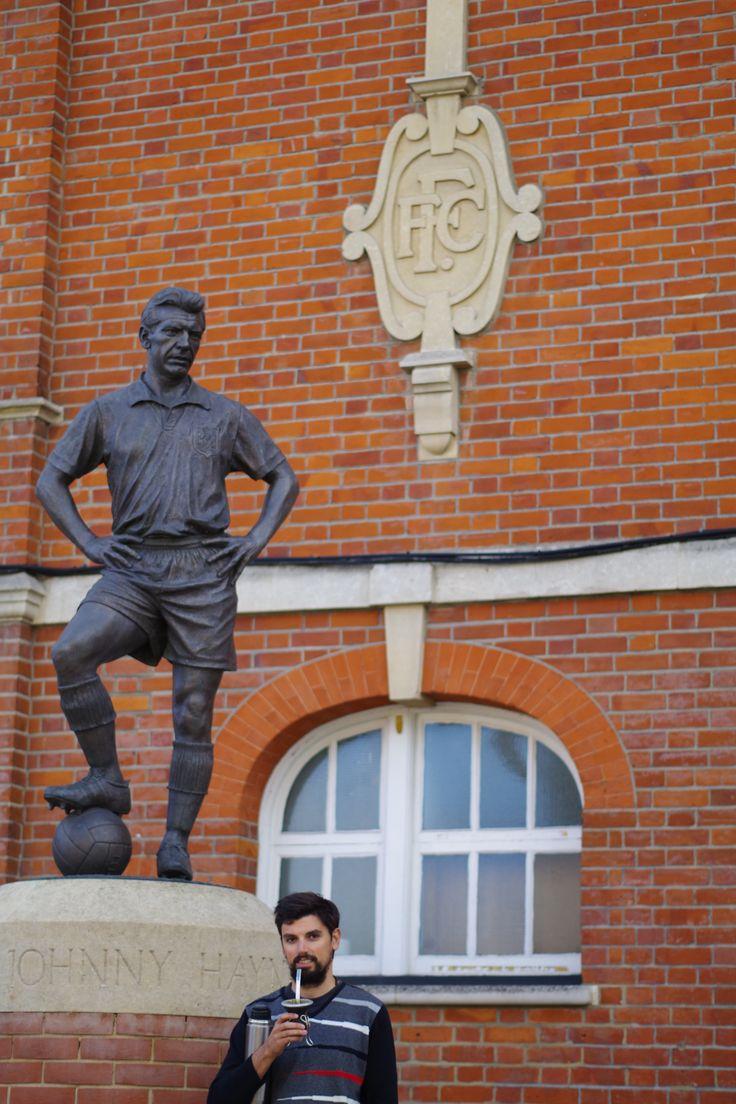 """Mate y fútbol! Fútbol y mate!  Dos pasiones que nos acompañan siempre a donde vamos!  """"El tipo puede cambiar de todo. De cara, de casa, de familia, de novia, de religión, de Dios. Pero hay una cosa que no puede cambiar. No puede cambiar de pasión.""""  Wally al pie de la estatua de Johnny Haynes, ídolo del Fulham, en equipo de las afueras de Londres.  #MateSinFronteras #Mate #Historias #Pasión #Viajar #Viaje #compartir #Comunidad #Londres #Futbol #Fulham #MarcaPaís"""
