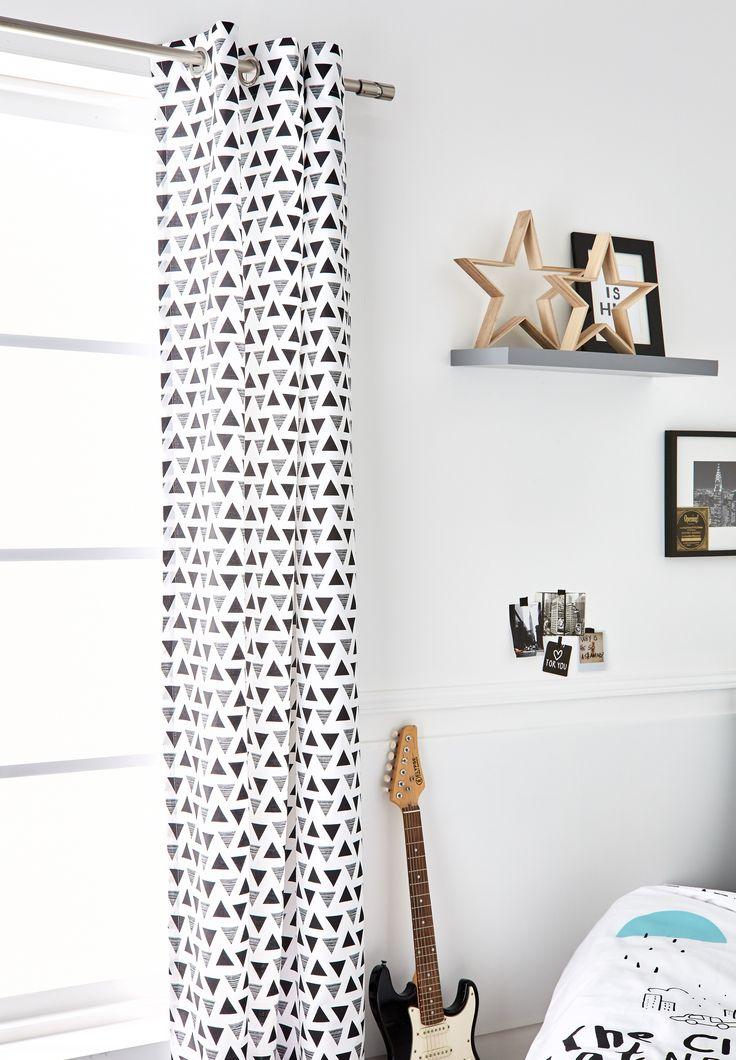 Biele závesy do obývačky so vzorom trojuholníkov