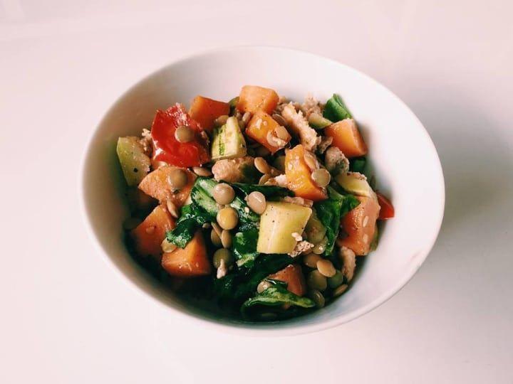 Turbinadíssima, leva lentilha, agrião e omelete, além de cenoura, abobrinha e tomate-cereja assados e semente de abóbora sem casca. Não é qualquer salada não! Veja a receita aqui.