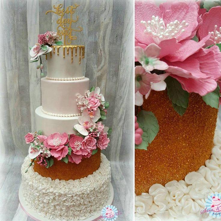 Wessel & Anne Jet zijn getrouwd. Voor hun trouwdag deze bruidstaart gemaakt naar hun wensen. De taart is bezorgd op Afslag Nagele.  De taart is gevuld met: Chocofudge / witte chocolade yoghurt / bokkenpootjesvulling. De taart is afgesmeerd met chocolade ganache.  #samennelstaarten #weddingcakes #bruidstaarten #bruidstaart #tpwbruiloft #married #thebestdayever #trouwen #love #weddingcake #weddingfun #cake #marriedin2017 #marriage #married #sugarflowers #sugar #coldporcelain #afslagnagele…